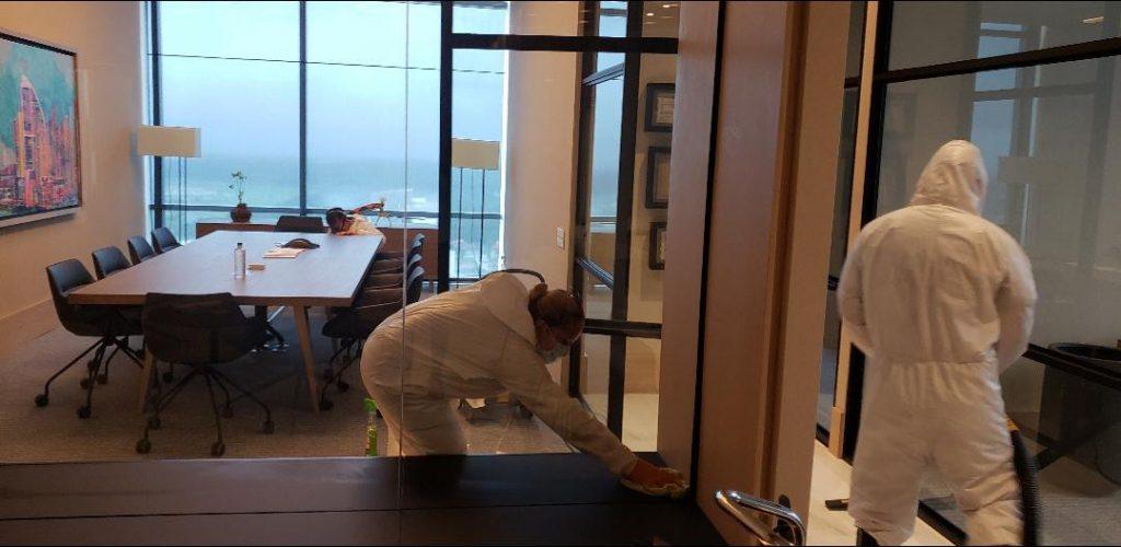 Limpiando oficinas en Panamá